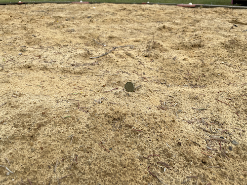 Geldschatz für Kinder auf dem Spielplatz vergraben